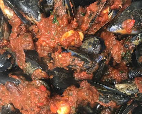 a bowl of chlili mussels